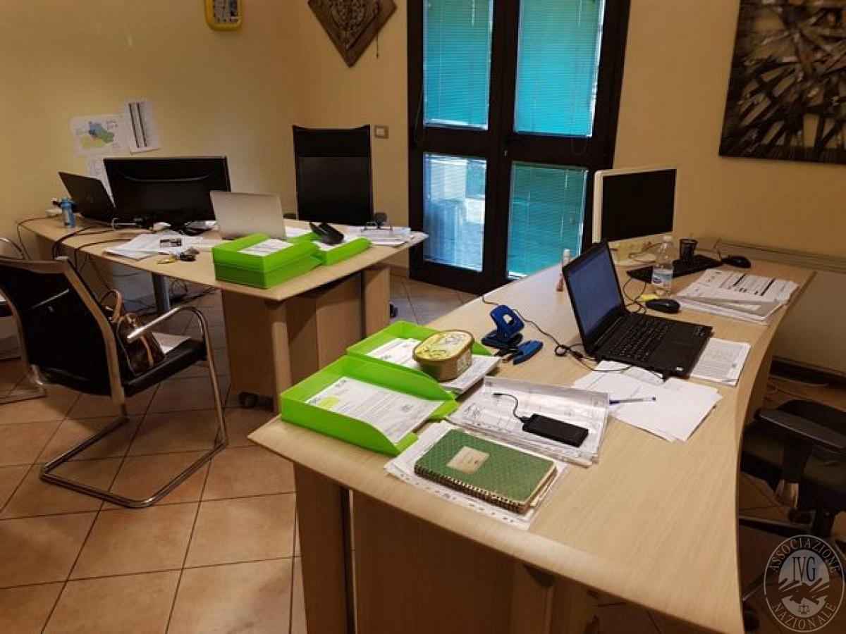 Scrivania Ufficio Doppia : Ufficio composto da due scrivanie doppie chiare e metallo