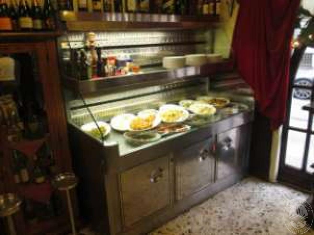 Arredi ed attrezzature ristorante (bancone con 3 celle refrigerate ...
