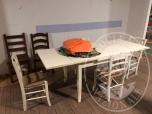 Immagine di Tavolo allungabile con 4 sedie bianche e 2 sedie marroni