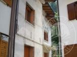 Immagine di Casa di abitazione in linea in corso di ristrutturazione a tre piani fuori terra ed altrettanti alloggi oltre corte scoperta di proprieta'.