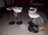 Varie sedie in poliuretano<br /> Tavolini quadrati<br /> Tavolinetti quadrati<br /> Sgabelli<br /> Arredo da discobar realizzato con pallet