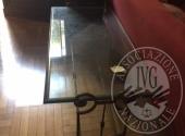 Lotto 6: Tavolino basso con struttura in ferro battuto e piano in vetro (scheggiato)
