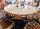Tavolo tondo con base dorata e piano in marmo bianco di Carrara