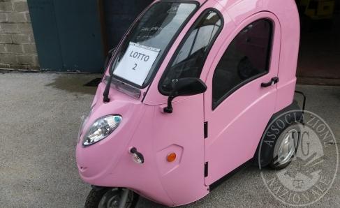 Immagine di Triciclo elettrico con cabina chiusa, colore rosa