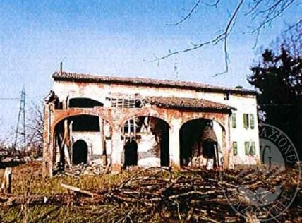 Lotto 11: piena proprieta' tre fabbricati ex rurali con terreno in Parma